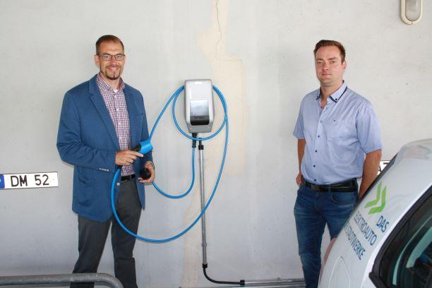 NEUBI startet in die Elektromobilität – Stadtwerke übergeben vier Wallboxen