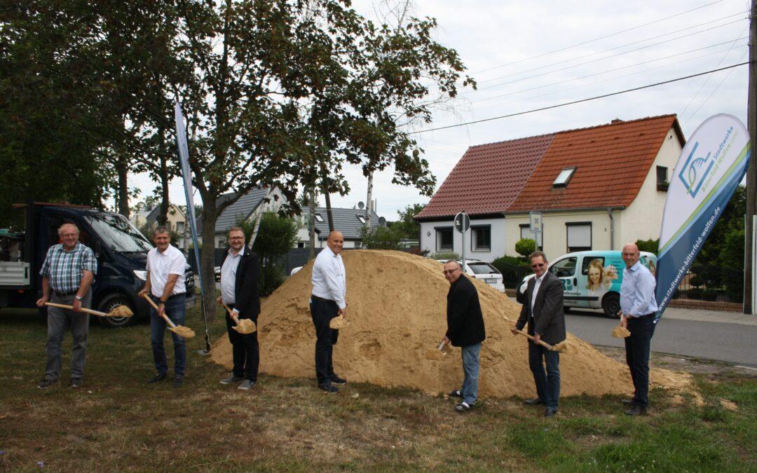 """Erster Spatenstich – Erdgaserschließung Wohngebiet """"Am Tiergehege"""" im Ortsteil Greppin"""